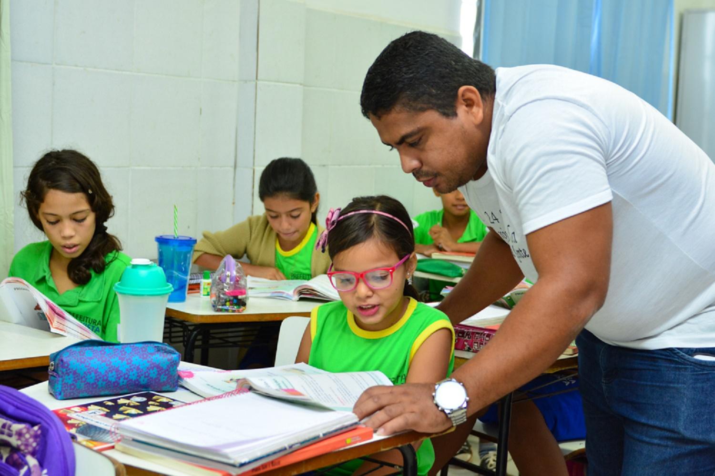 01.06.15 Escola Pingo de Gente - Alunos, Livros e Tablets - Foto Vitória Barreto (14)