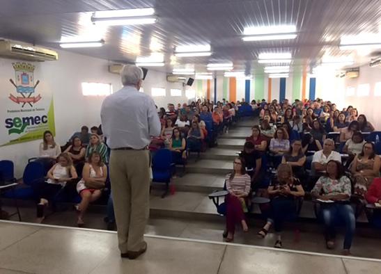 Professor João Batista em palestra em Teresina