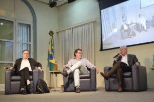 Dr. João Batista Oliveira e Dr. José Morais respondem a perguntas de professores